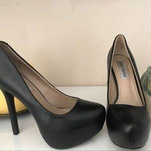 Steve Madden black heels in GREAT condition